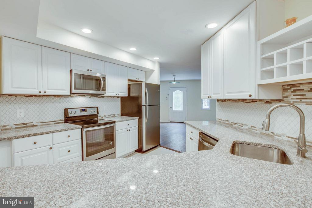 Granite, tile, and stainless, oh my! - 127 YORKTOWN BLVD, LOCUST GROVE