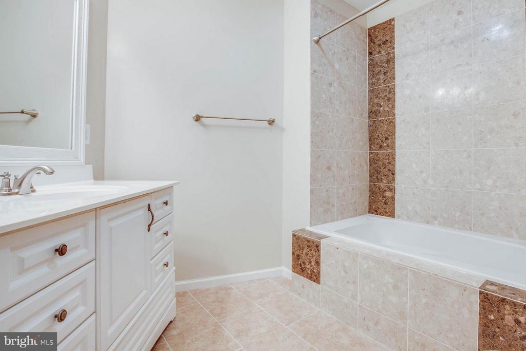 Master bath with beautiful tile - 127 YORKTOWN BLVD, LOCUST GROVE