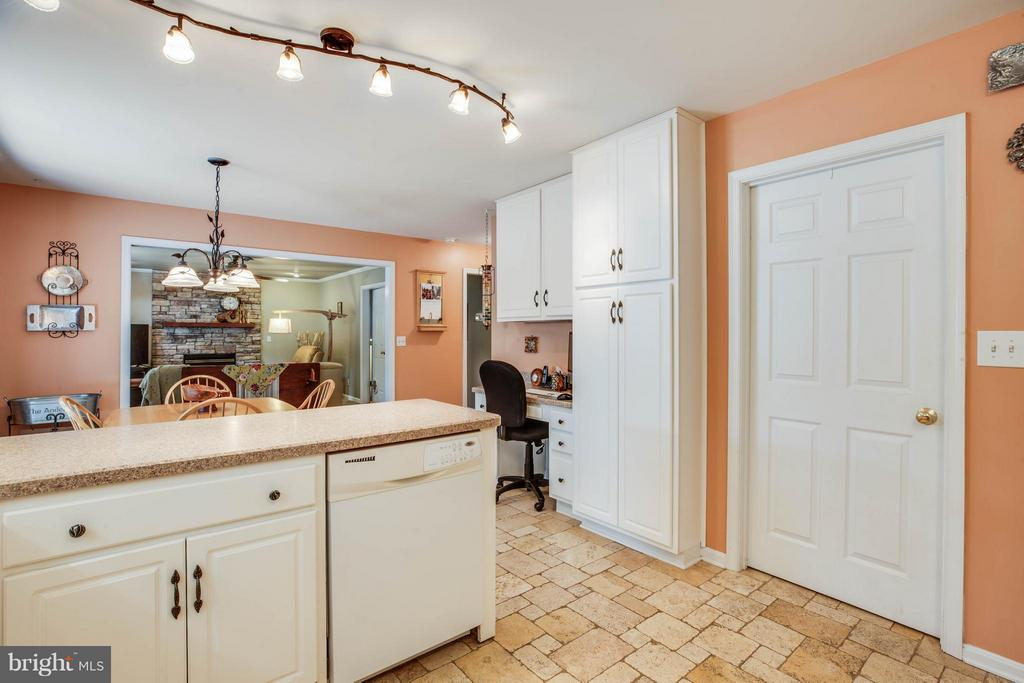 Kitchen w/ Desk Space - 130 LAND OR DR, RUTHER GLEN
