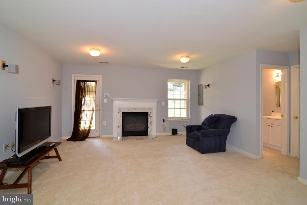 FAMILY ROOM WITH NEW CARPETS - 42735 MONTEVISTA SQ, LEESBURG