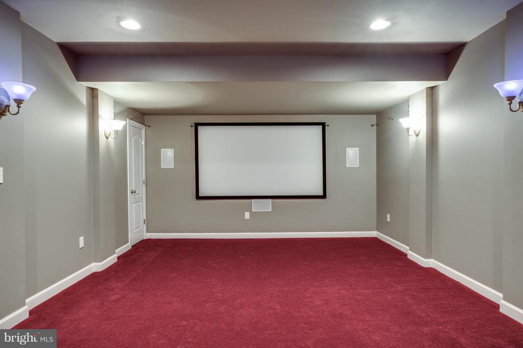 Media room with screen and all equipment conveying - 16585 SPACE MORE CIR, WOODBRIDGE