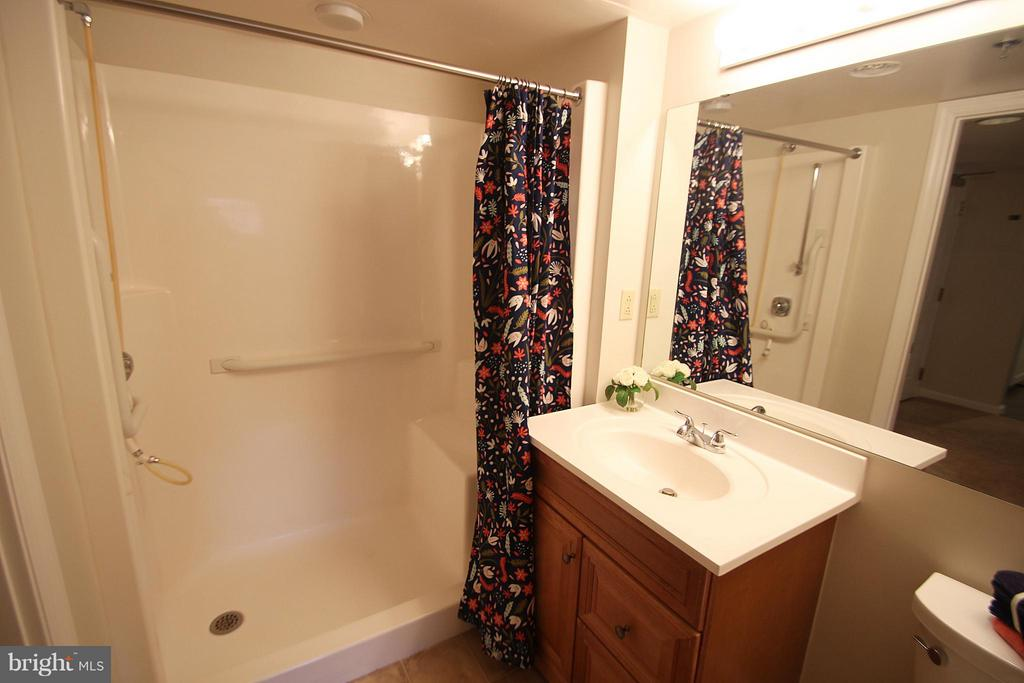 Bathroom Shower with Seat - 900 TAYLOR ST #1111, ARLINGTON