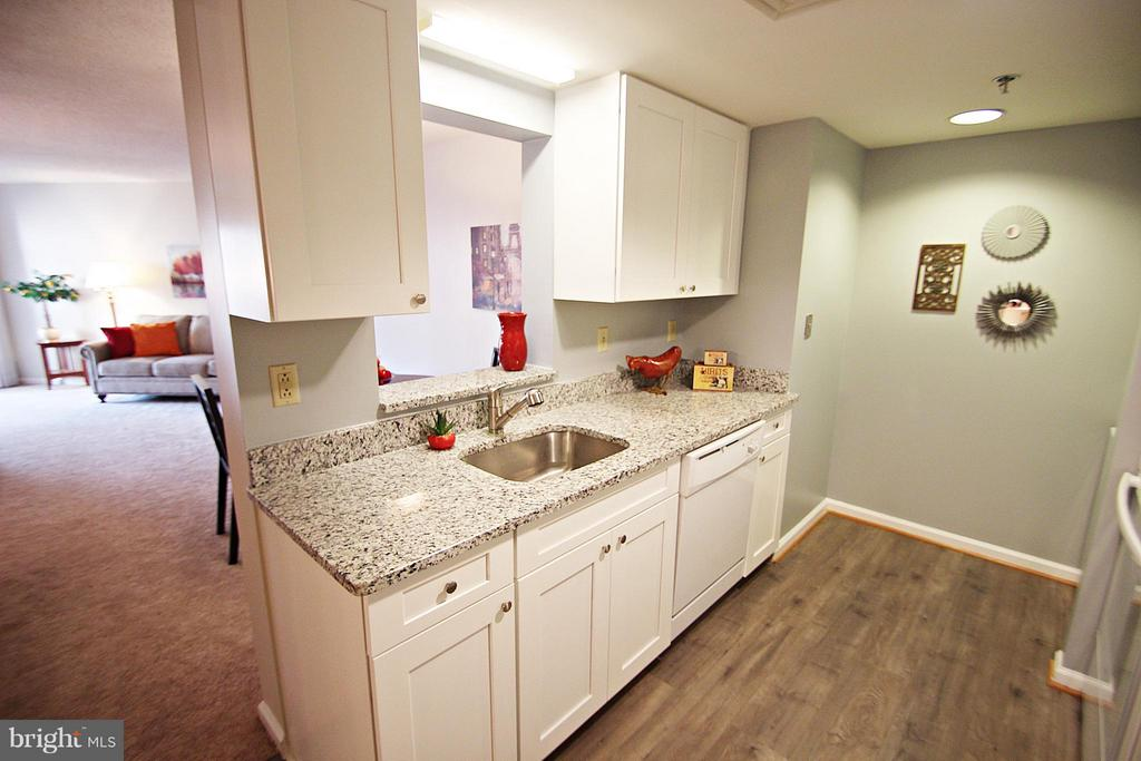 Granite Counters, Updated Floors and Cabinets - 900 TAYLOR ST #1111, ARLINGTON