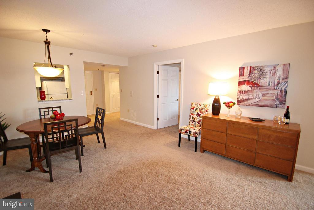 View toward Kitchen and Bedroom Entry - 900 TAYLOR ST #1111, ARLINGTON