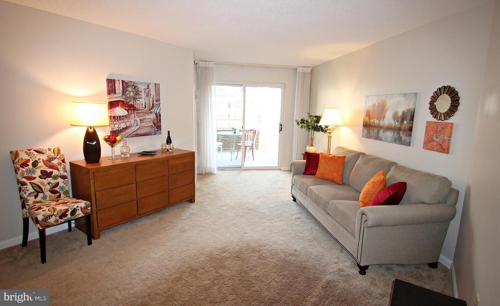 Living Room Opens to Balcony - 900 TAYLOR ST #1111, ARLINGTON