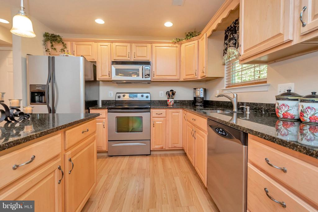 Gorgeous granite counters and stainless appliances - 316 LIBERTY BLVD, LOCUST GROVE