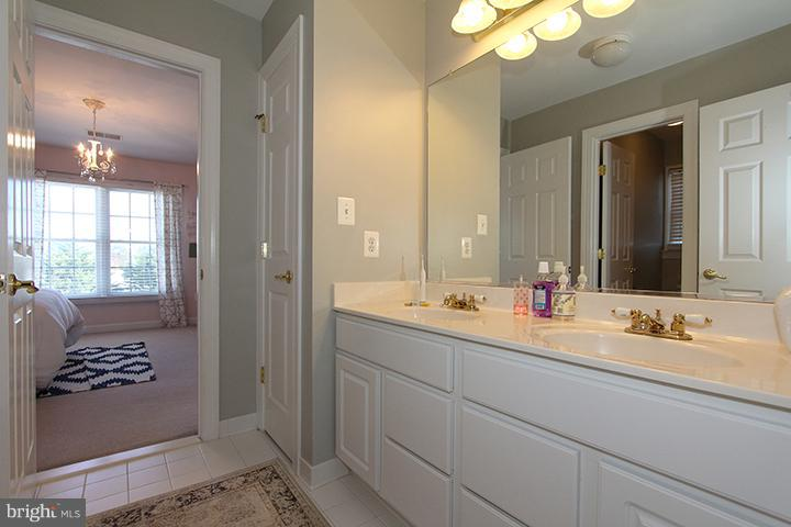 Upper level jack and jill bathroom - 40710 JADE CT, LEESBURG