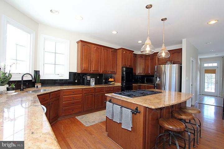 Gourmet kitchen with granite counters - 40710 JADE CT, LEESBURG