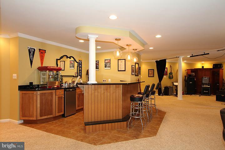 Lower level rec room with wet bar - 40710 JADE CT, LEESBURG