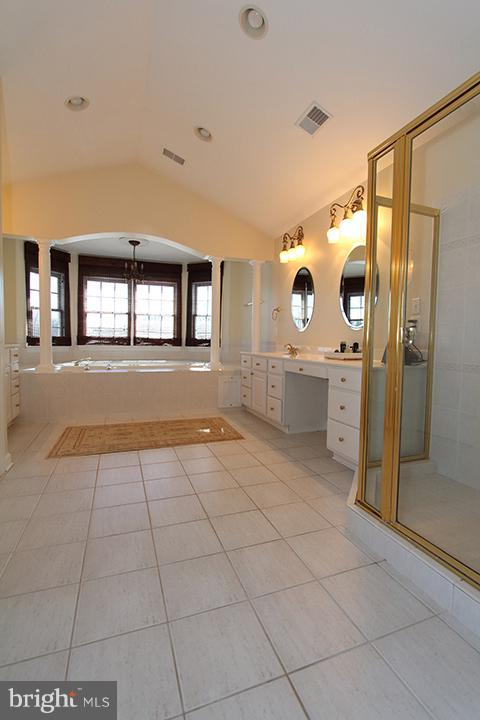 Master bath with jetted soaking tub - 40710 JADE CT, LEESBURG