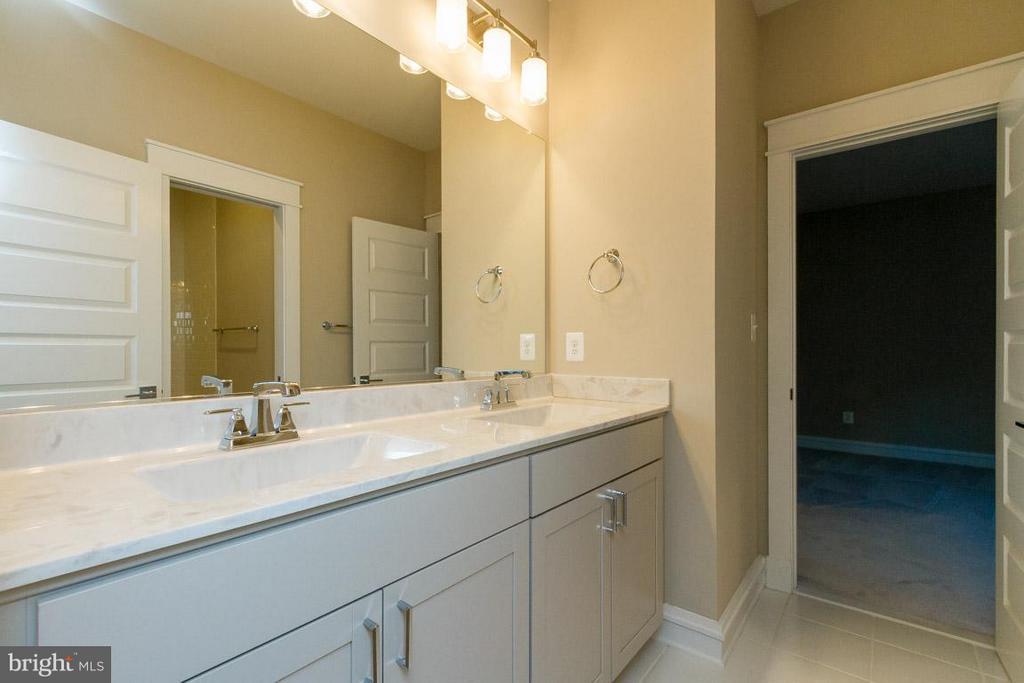 Bath (Master) - 852 3RD ST, HERNDON