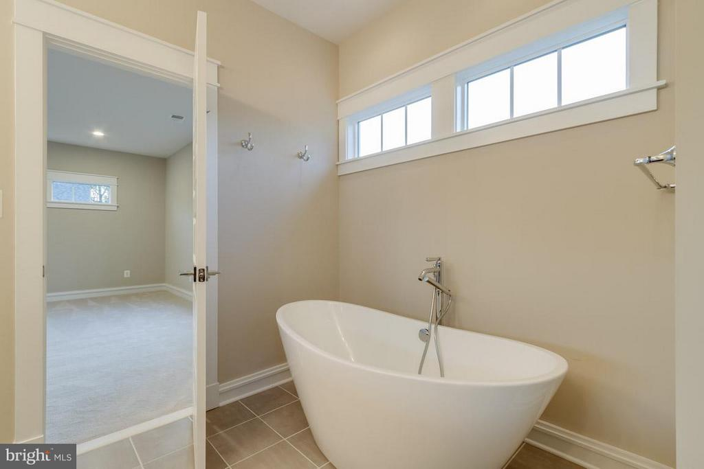 Custom Soaking Tub - 852 3RD ST, HERNDON