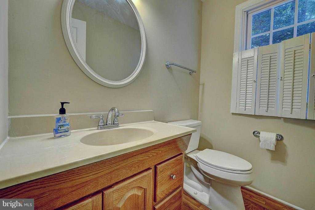 Half Bath In Main Floor - 10854 BURR OAK WAY, BURKE