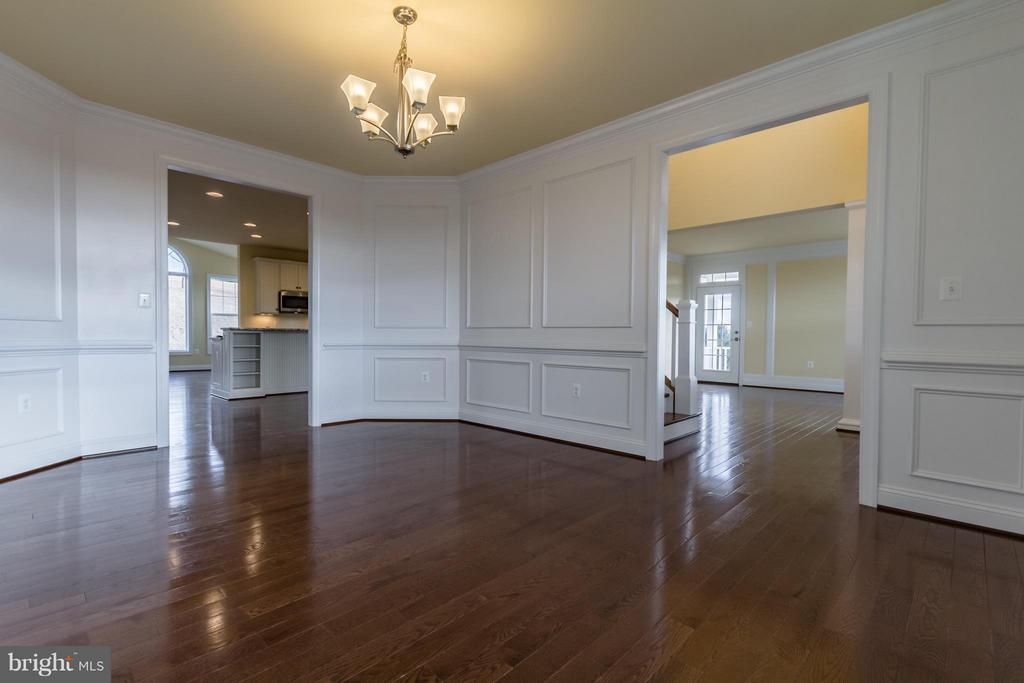 Crown and Custom Molding - 208 SAINT ANDREWS CT, WINCHESTER