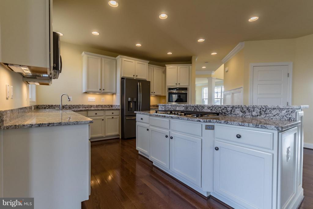 Spacious Kitchen Great for Entertaining - 208 SAINT ANDREWS CT, WINCHESTER
