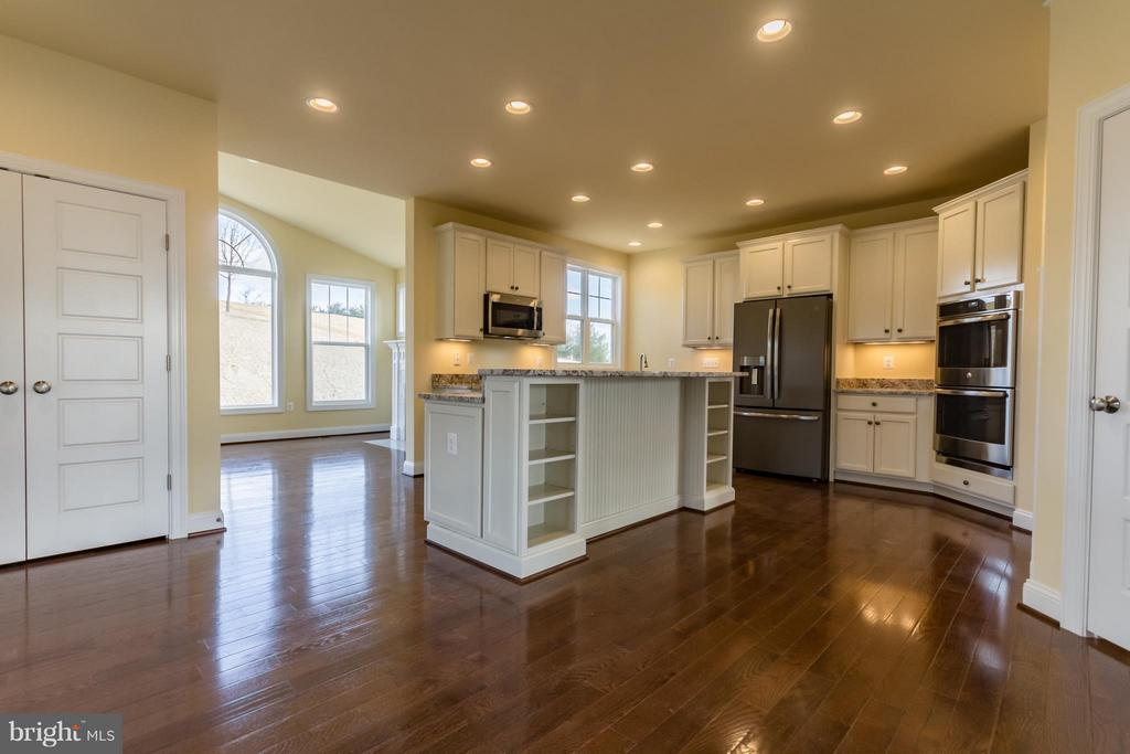 Gourmet Kitchen with many upgrades - 208 SAINT ANDREWS CT, WINCHESTER