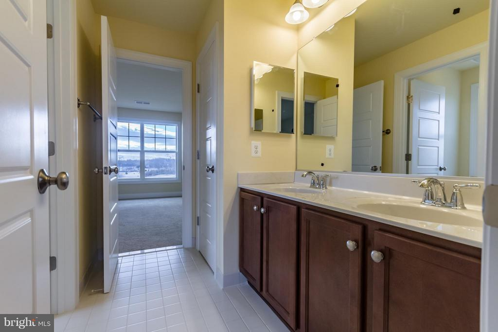 Jack and Jill Bathroom - 208 SAINT ANDREWS CT, WINCHESTER