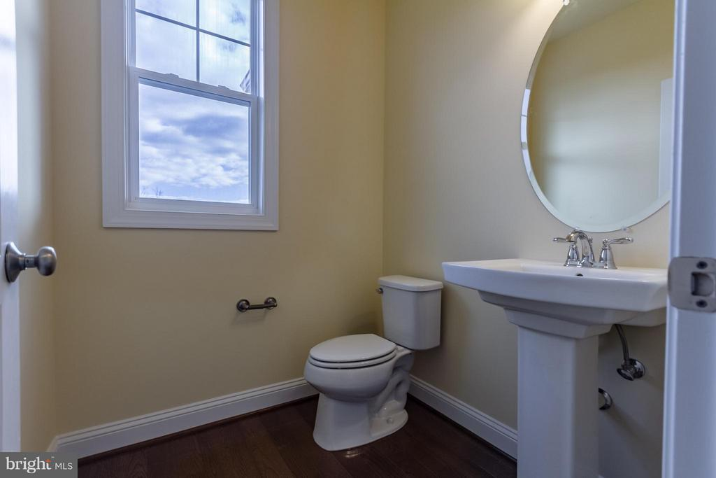 Powder room on Main floor - 208 SAINT ANDREWS CT, WINCHESTER