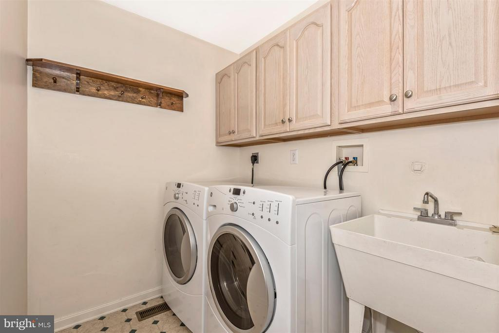 Main level laundry right off the kitchen! - 122 BENNETT DR, THURMONT