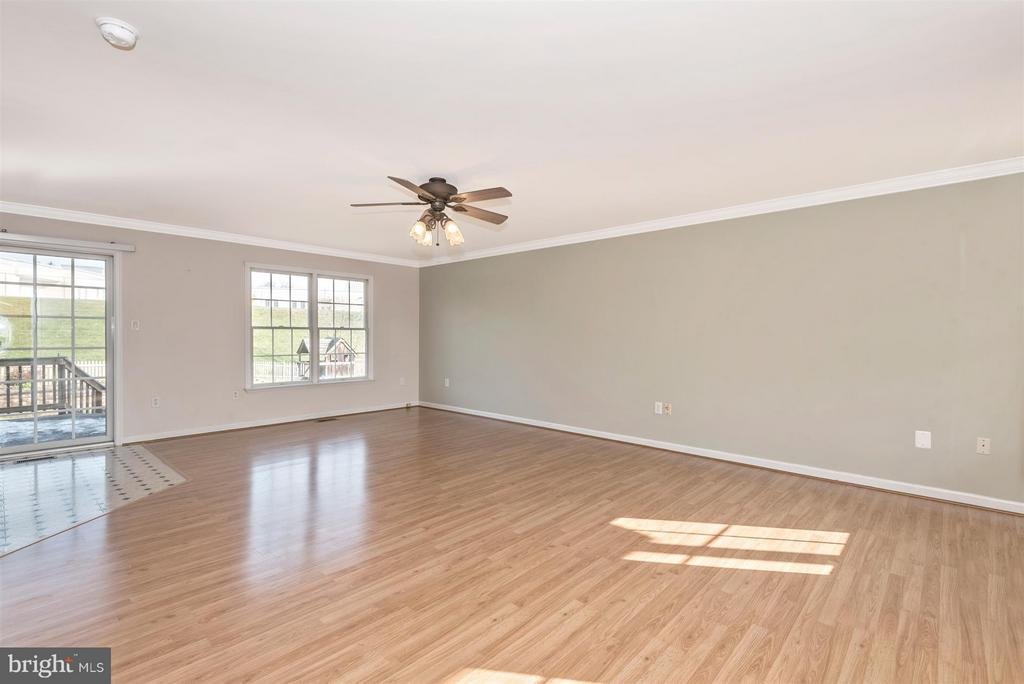 Bright & spacious living room! - 122 BENNETT DR, THURMONT