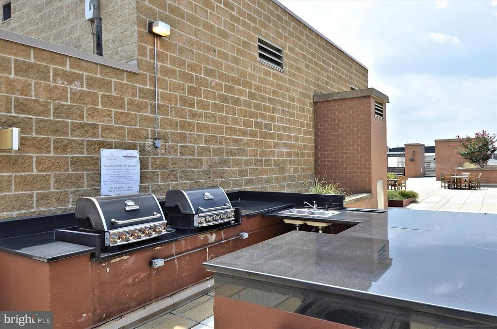 Outdoor Grills on the Rooftop Deck - 616 E ST NW #804, WASHINGTON