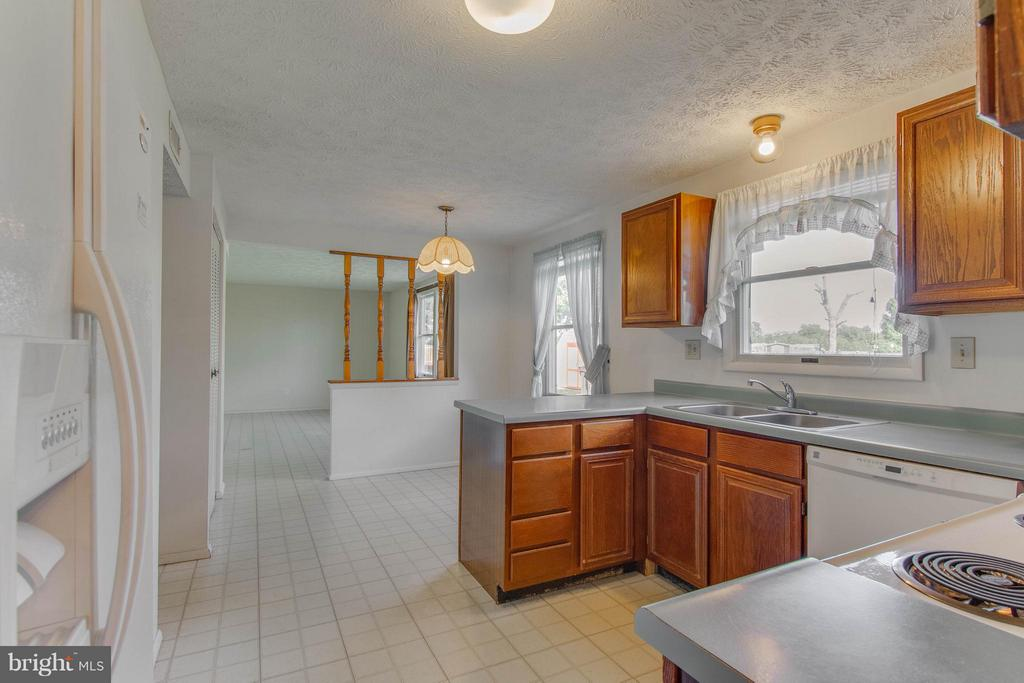 Spacious Kitchen with room to cook - 9811 FAIRMONT AVE, MANASSAS