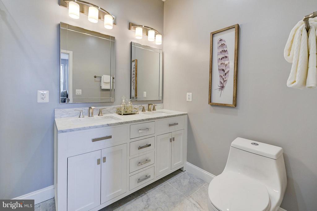 gleaming , elegant master bath - 612 9TH ST NE, WASHINGTON