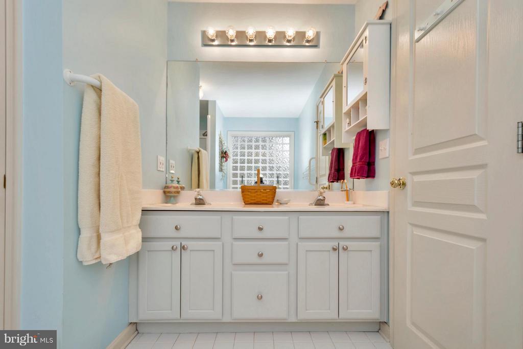 Double vanity in Master Bath with water closet - 104 CEDAR CT, LOCUST GROVE