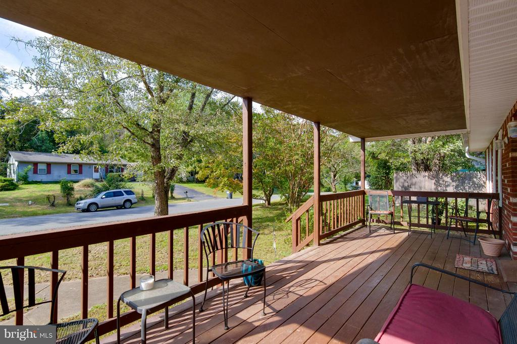 Ample space on the front porch - 309 OAKRIDGE DR, STAFFORD
