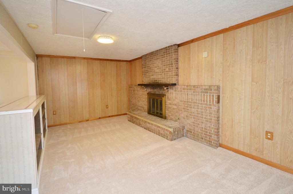 Spacious Family Room with New Carpet - 1309 BEECH RD, STERLING