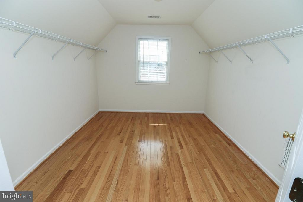 3 walk in closets in the master bedroom - 25917 QUINLAN ST, CHANTILLY