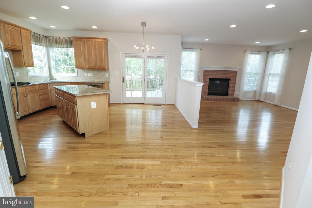 Kitchen with granite countertops - 25917 QUINLAN ST, CHANTILLY