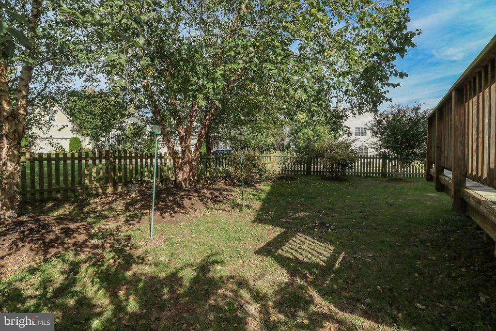 Fenced in yard with deck - 25917 QUINLAN ST, CHANTILLY