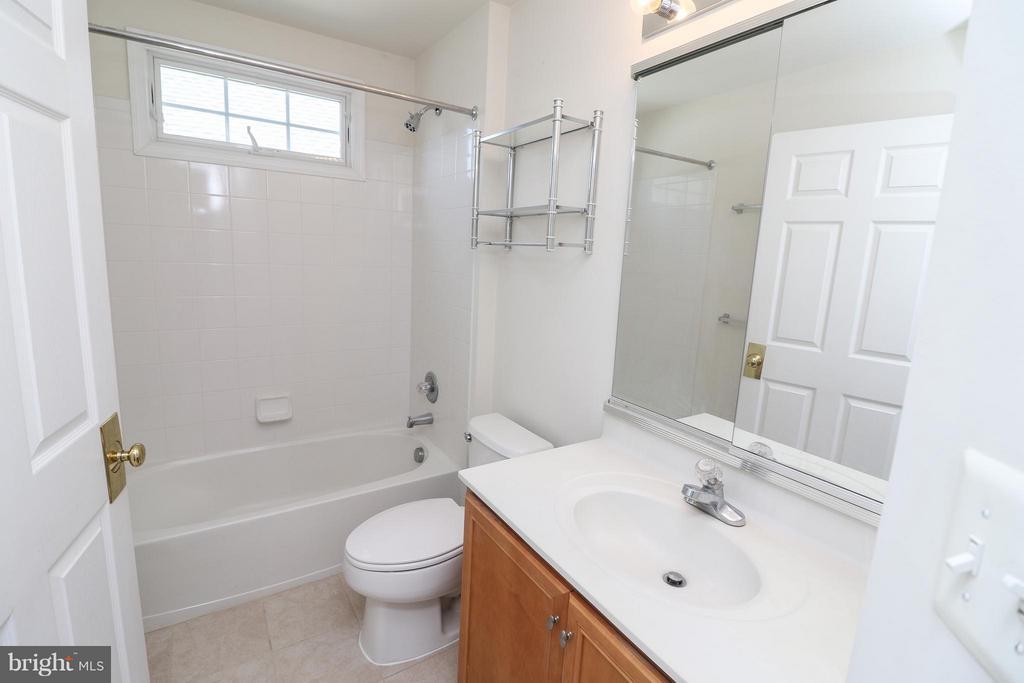 Upstairs hall bath - 25917 QUINLAN ST, CHANTILLY