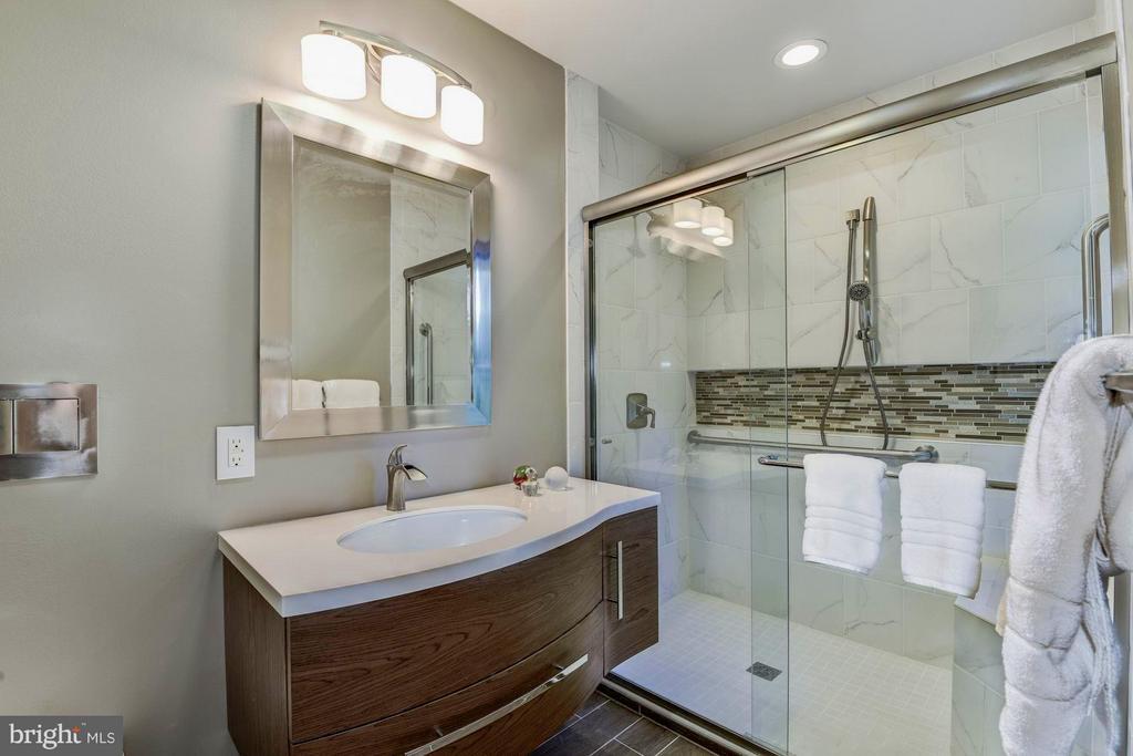 Bath #2 - 39434 SNICKERSVILLE TPKE, MIDDLEBURG