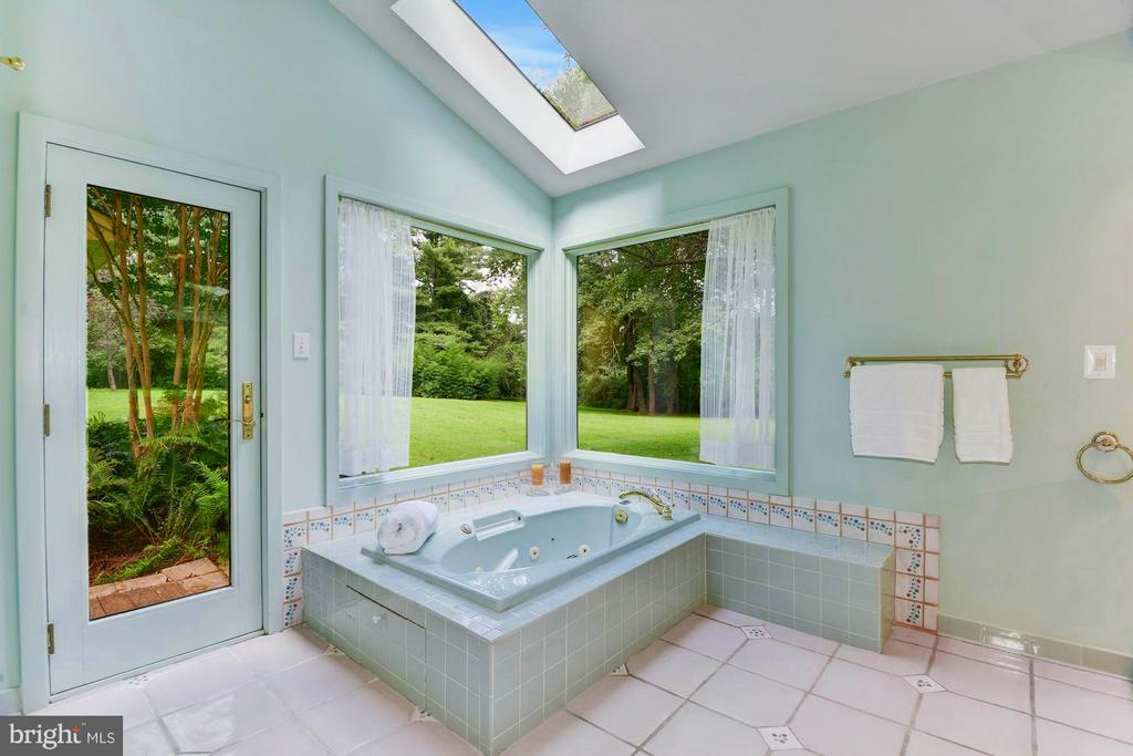 Luxurious Corner Soaking Tub - 39434 SNICKERSVILLE TPKE, MIDDLEBURG
