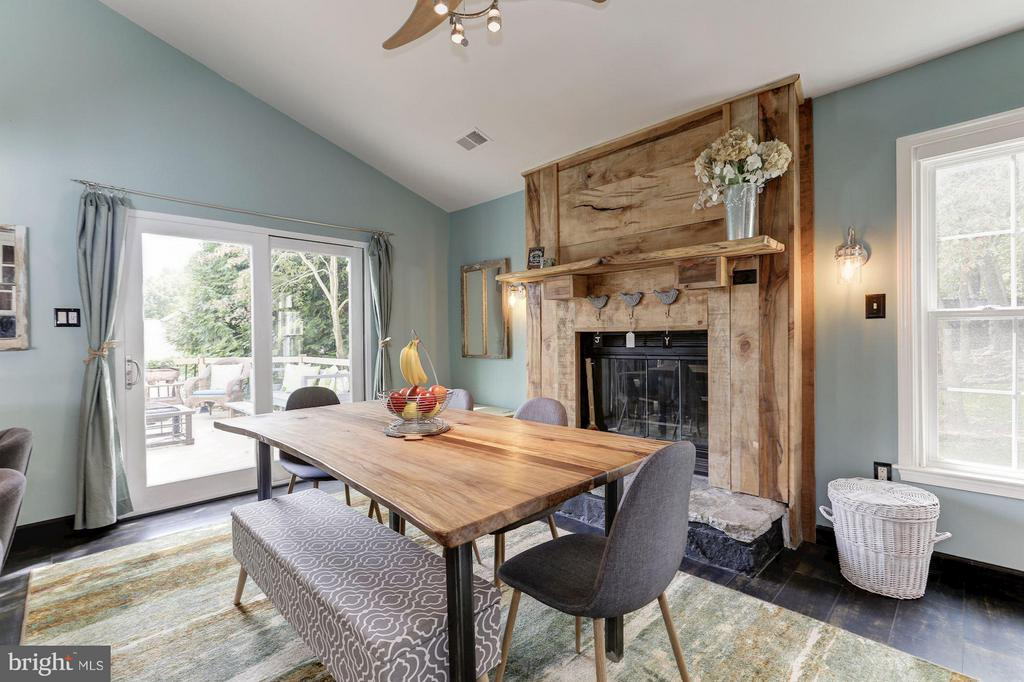 DINING IS PICTURE PERFECT NEXT TO LOVELY FIREPLACE - 415 CLAGETT ST SW, LEESBURG