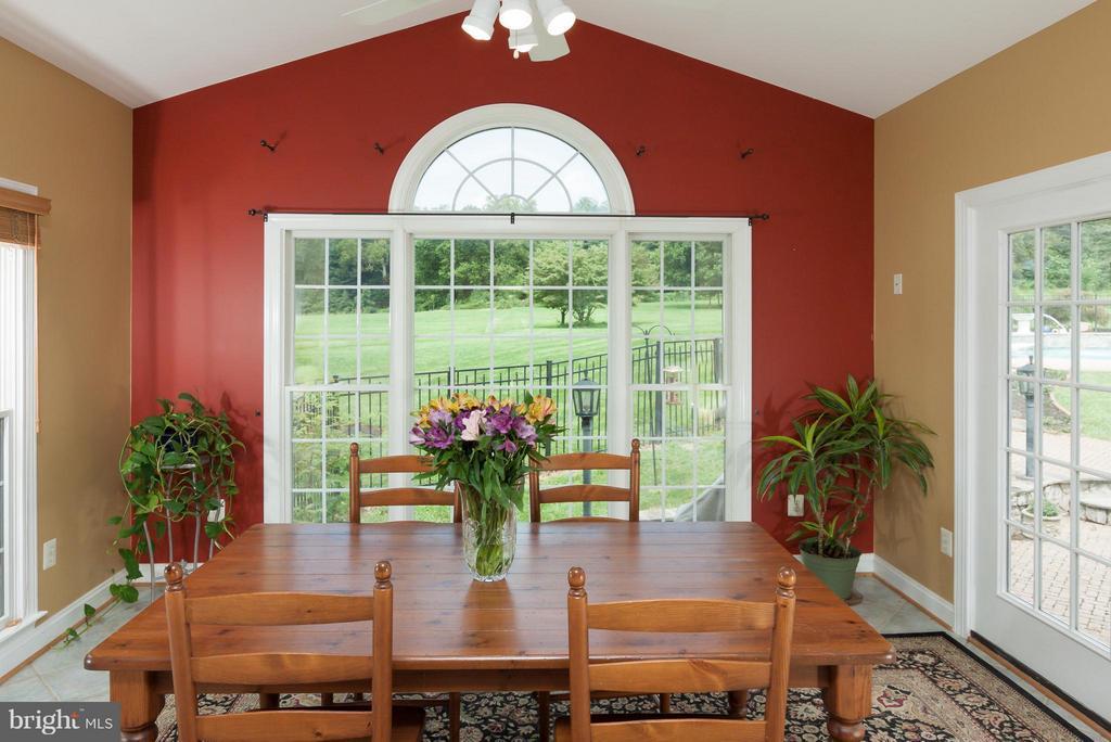 Sunroom/breakfast room walks out to pool/patio - 42308 GREEN MEADOW LN, LEESBURG