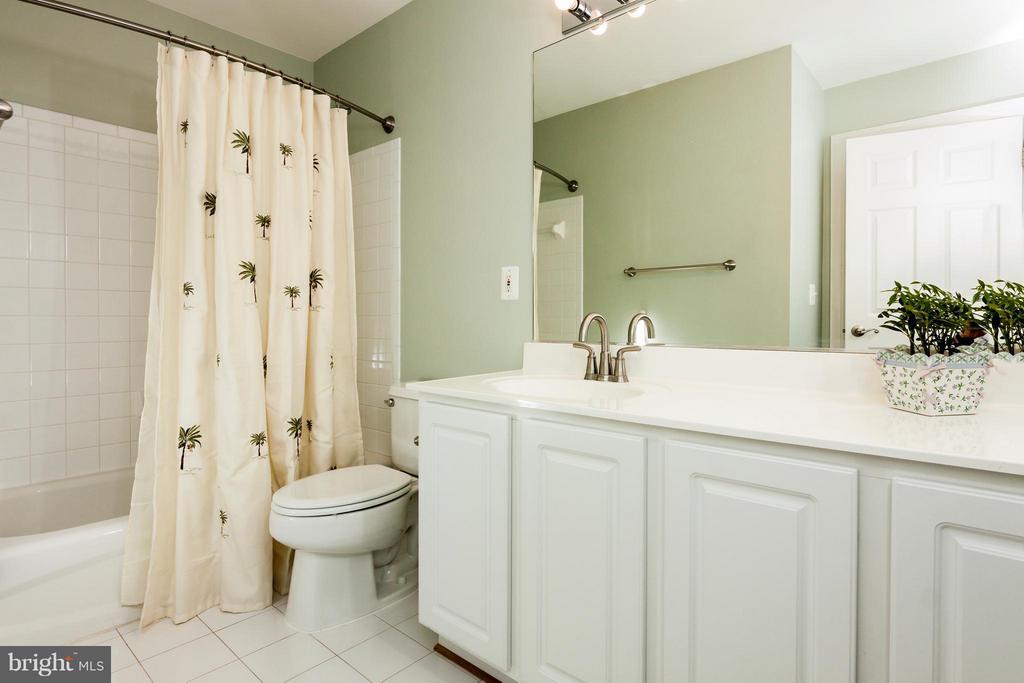 3rd updated full guest bathroom - 42308 GREEN MEADOW LN, LEESBURG
