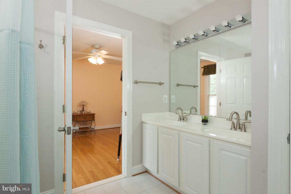 Updated bath joins 2nd and 3rd bedroom (thru door) - 42308 GREEN MEADOW LN, LEESBURG
