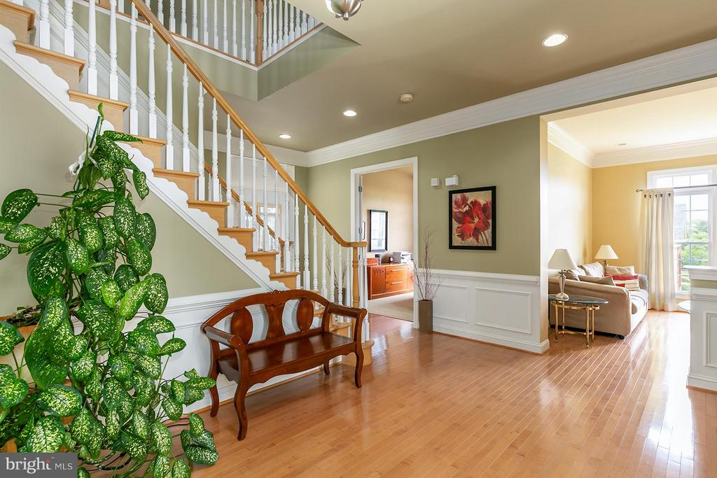 Inviting entry with gleaming hardwoods - 43239 PARKERS RIDGE DR, LEESBURG