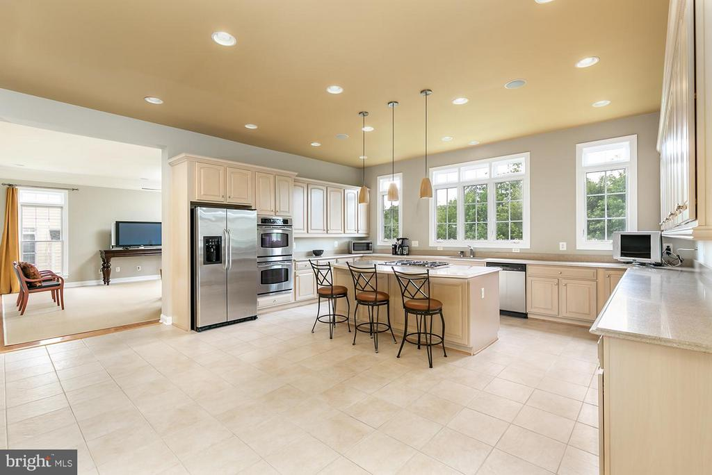 Loads of counter space and storage - 43239 PARKERS RIDGE DR, LEESBURG