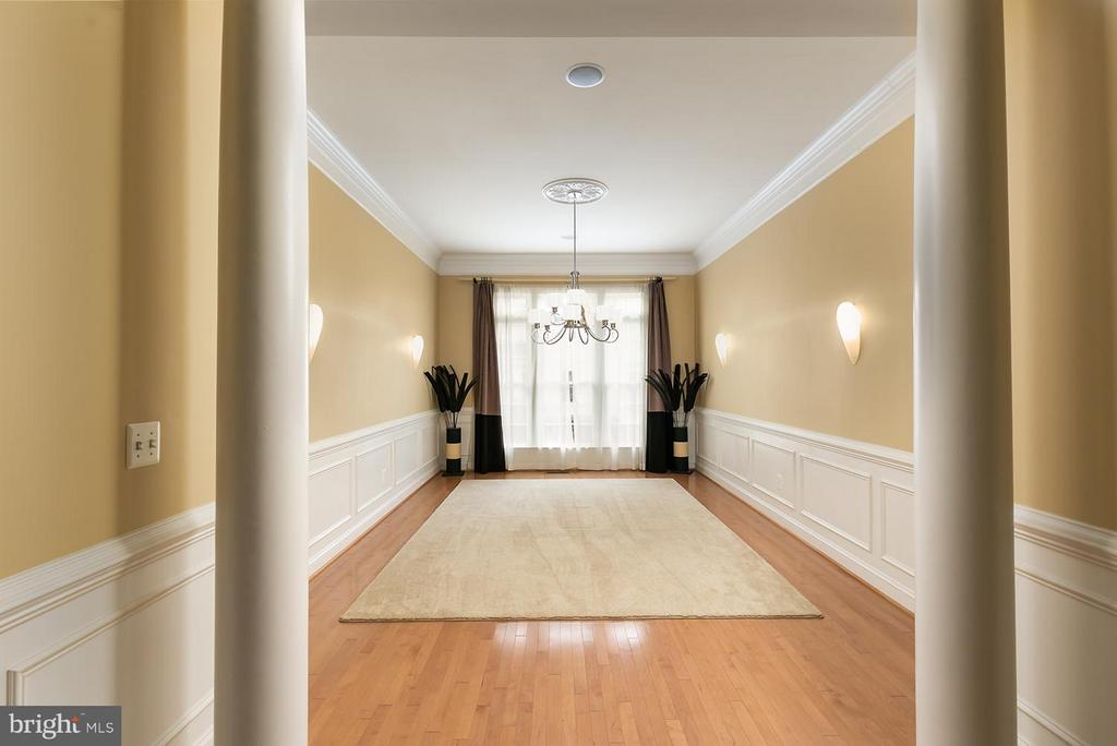 Formal Dining Room w/chair rail and wainscoting - 43239 PARKERS RIDGE DR, LEESBURG