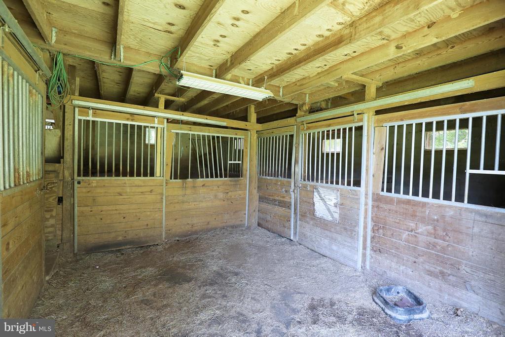 Four stable run-in barn with hay loft - 13108 LAUREL GLEN RD, CLIFTON