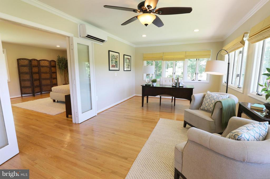 Private bedroom sitting / office, lake view - 13108 LAUREL GLEN RD, CLIFTON
