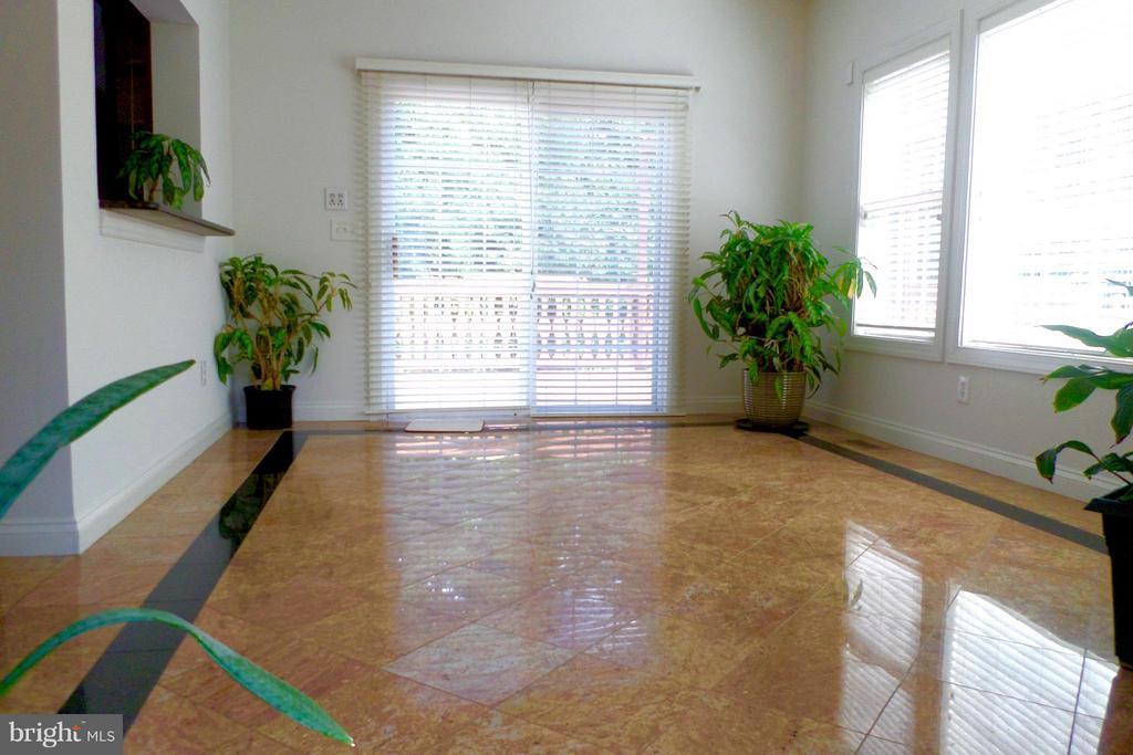 Large sunroom adjacent to kitchen - 13504 CLASSIC OAKS CT, MANASSAS