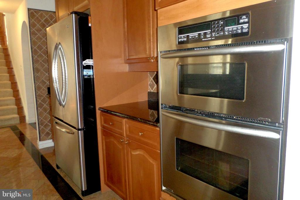 Top of the line stainless steel appliances - 13504 CLASSIC OAKS CT, MANASSAS