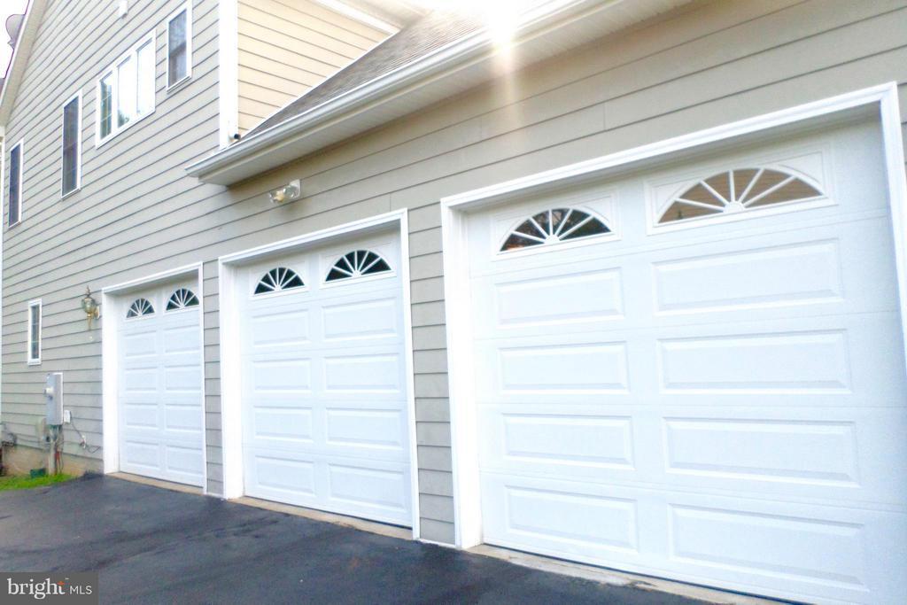 Attached 3-car garage - 13504 CLASSIC OAKS CT, MANASSAS