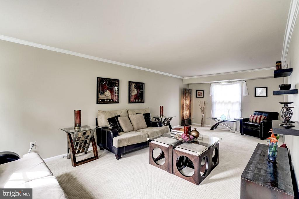 Ample Living Room with plenty of natural light - 4422 TULIP TREE CT, CHANTILLY