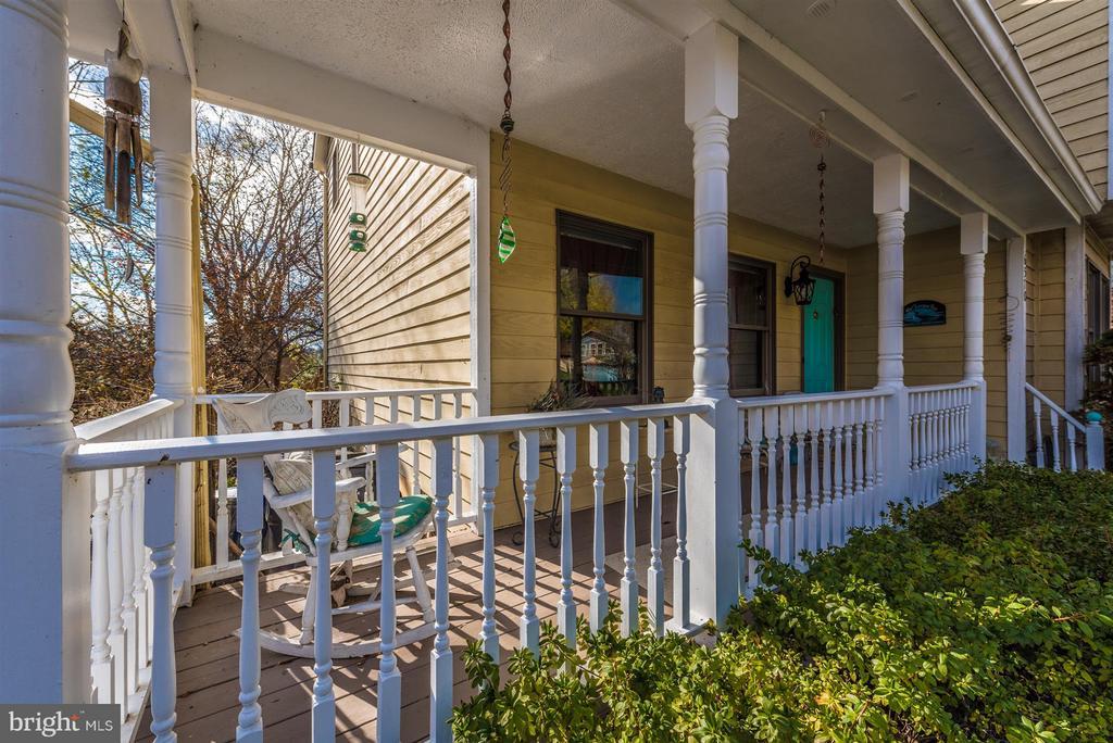 Front Porch - 6570 NYASA BND, NEW MARKET